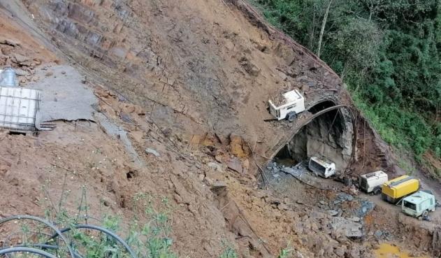 La vía de la línea cerrada totalmente por deslizamientos