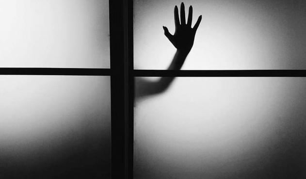 Una pareja durmió en el balcón  por actividad paranormal al interior de su casa