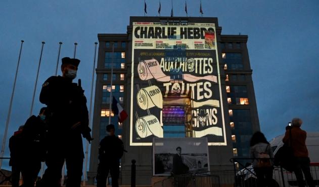 Mujer fue atacada con arma blanca en Londres, tras portar una camisa de Charlie Hebdo